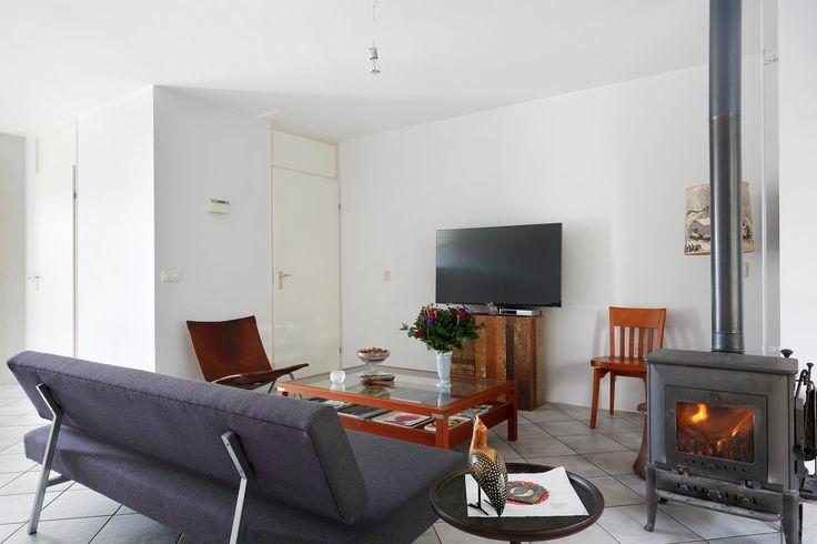 Te koop: Nijenrodestraat 14 te Almere - Hoekstra & van Eck Makelaars - Méér Makelaar. Prachtige uitgebouwde 2-onder-1 kapwoning met garage, welke vrij uitzicht heeft aan de voorzijde. Een woning met een ruime, lichte woonkamer, eenvoudige maar nette keuken en badkamer, 4 slaapkamers en een tuin op het noordwesten. Dit alles op loopafstand van het winkelcentrum Almere Buiten.