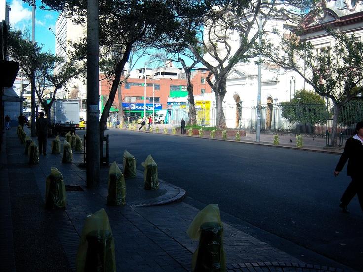 "Bolardos ""Basura Inútil y Costosa"" Sector San Victorino. Bogotá. Colombia.  MILESph Artista: Milton Figueredo Miles"
