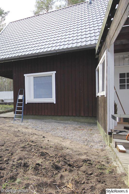 L字型に配置された木製の低いデイベッドのあるウッドデッキの屋外リビングのリフォーム前1