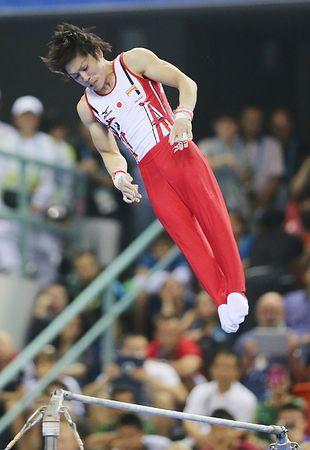 鉄棒で演技する内村航平=12日、中国・南寧 ▼12Oct2014時事通信|高難度の勝負で銀=内村、際立つ存在感-世界体操 http://www.jiji.com/jc/zc?k=201410/2014101200174 #Kohei_Uchimura #内村航平 #Horizontal_bar #单杠 #單槓 #2014_World_Artistic_Gymnastics_Championships #2014年世界竞技体操锦标赛