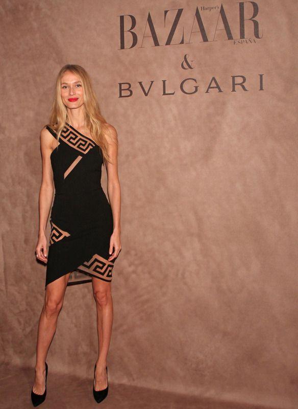 Muy sexy Vanessa Lorenzo con un 'litttle black dress' asimétrico de Versus de Versace y joyas de Bulgari.