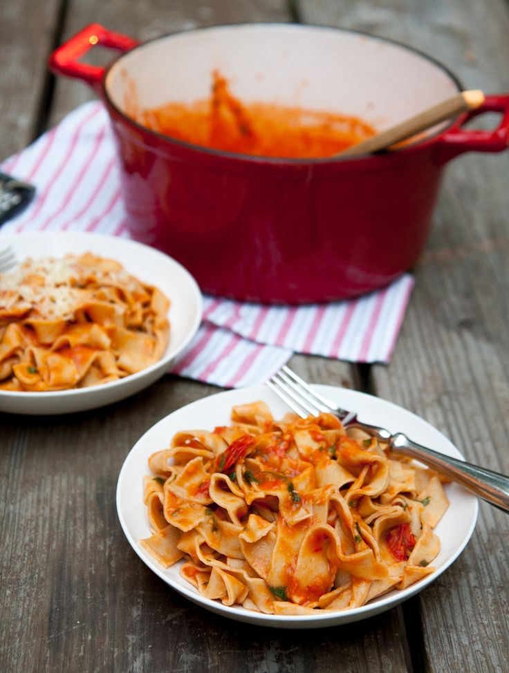 fresh tomato pasta sauce via Back to her Roots Blog
