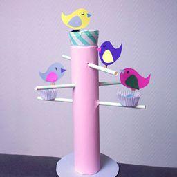 Réalisez une adorable mangeoire à oiseaux avec de la récup et du papier coloré ! Découvrez tous nos ateliers DIY sur notre blog C-MonEtiquette...