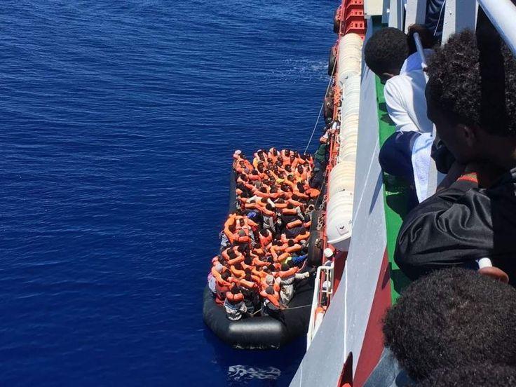 Alrededor de 1.200 fueron recogidos este domingo, y 1.650, el sábado. Los últimos iban a bordo de ocho botes hinchables y tres embarcaciones. Hasta 60.000 personas han logrado llegar a Italia en lo que va de año a través del Mediterráneo, y 1.720 han perdido la vida en la travesía.