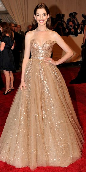 Anne Hathaway gave her major Valentino gown a fresh spin by keeping hair loose and highlighting an alabaster complexion. The next time you attend a formal event, let your natural beauty (and your dress!) shine by skipping spray tans and fussy updos.