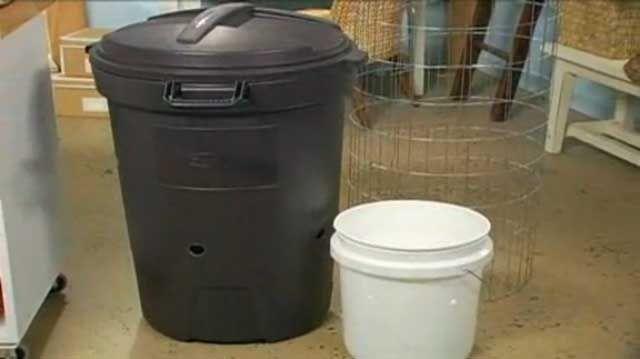 Hacer un cubo de compostaje en Minutos  Compost hace magia jardín. Y lo mejor es que se puede hacer prácticamente de forma gratuita. Perfore unos agujeros en un cubo de basura de plástico para convertirlo en el contenedor perfecto para hacer algo de la nada. Watch Make a Compost Bin in Minutes in the Better Homes and Gardens Video