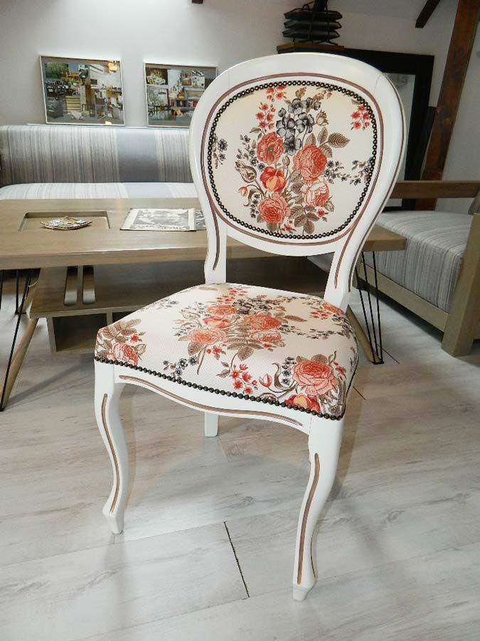 Data viitoare încercăm o patină mai puţin accentuată şi poate pasmanterie în loc de capse. Oricum ar fi, piesa de rezistenţă a scaunului fără braţe Liscia rămâne tapiţeria cu bogat model floral.