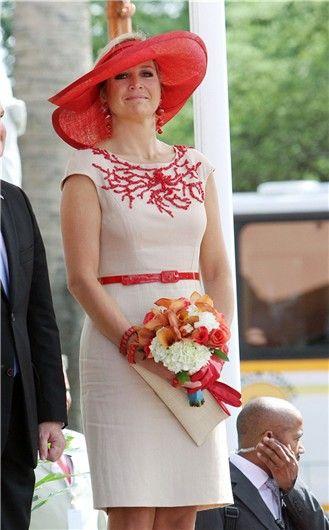 Máxima de Holanda con vestido de corte lady con detalles rojos