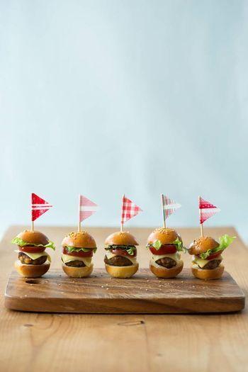 アメリカンなハンバーガーも超ミニミニサイズのピンチョスなら、食べやすくとってもおしゃれに演出できますね。