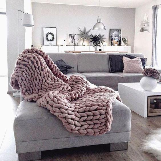 Die besten 25+ Grauer couch dekor Ideen auf Pinterest Neutrale - wohnzimmer ideen mit grauem sofa