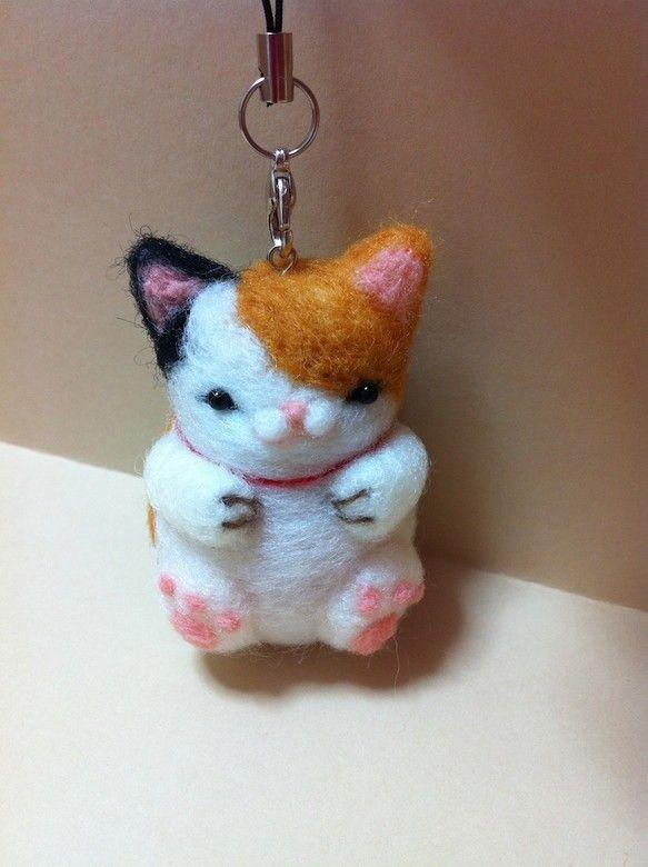羊毛フェルトをニードル針で刺し固めたオリジナルのマスコットす。猫好きの方のために心をこめてお作りしました。インテリアやストラップとしてお使いくださいませ。羊毛...|ハンドメイド、手作り、手仕事品の通販・販売・購入ならCreema。