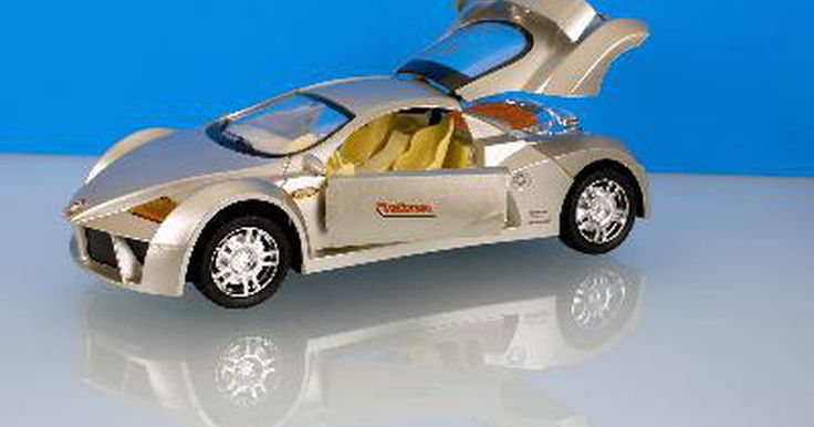 Información sobre vehículos de juguete a control remoto. Los vehículos de juguete a control remoto (RC por sus siglas en inglés) vienen con muchas variaciones. Existen versiones de helicópteros, motocicletas, autos y camiones. Tanto niños como adultos disfrutan los juguetes a control remoto al usarlos en carreras, coleccionarlos e incluso construirlos.