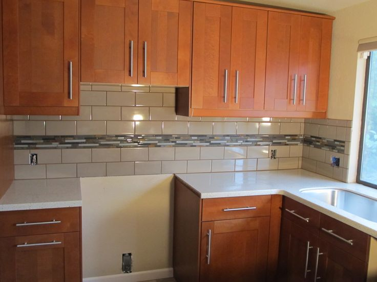 Subway Tile Backsplash Küchenfarben. Farbwahl des Kabinetts des Ehemanns