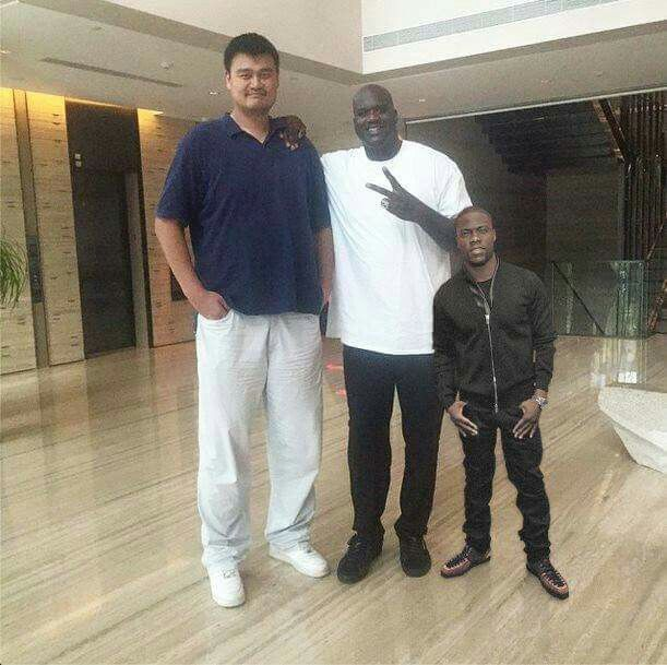 """Yao Ming, Shaquile O'Neal and Kevin Hart. It's real but omg, it looks photoshopped!!! **Kevin Hart is 2 in taller than me... Yao Ming : 7' 6"""" Shaq: 7' 1"""" Kevin Hart: 5' 4"""""""