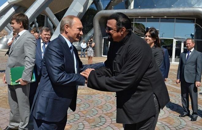 Covesia.com - Presiden Vladimir Putin pada Kamis (03/11) menandatangani dekrit pemberian kewarganegaraan Rusia kepada aktor laga asal Amerika Serikat (AS)...