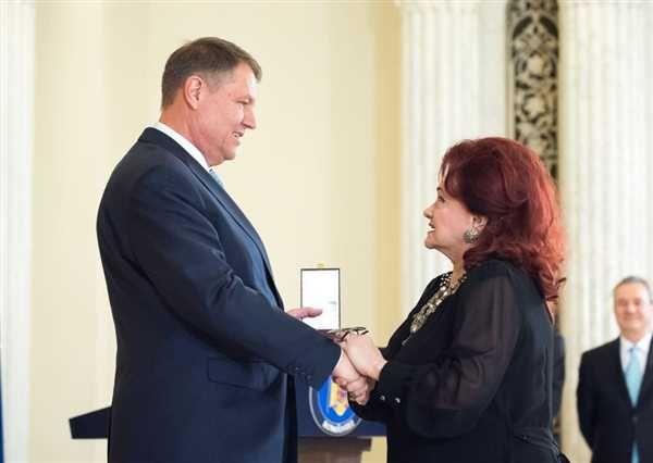Actorii Florin Piersic si Stela Popescu impreuna cu membrii trupei Cargo au fost decorati marti de presedintele Iohannis prin acordarea Ordinului National Steaua Romaniei si  a Ordinului Meritul Cultural.