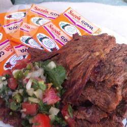 Marinada de cerveza para carnes asadas @ allrecipes.com.mx. Mezcla de cerveza, limón y ajo, perfecta para marinar carne para asar al carbón.