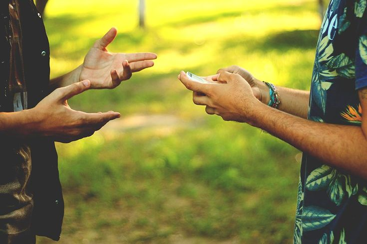 Estamos nos aproximando de quem está longe e nos distanciando de quem está perto. Não podemos deixar o amigo virtual mais de 5 minutos sem uma resposta, enquanto o que está sentado à mesa bem à nossa frente é obrigado a esperar quase a noite inteira. Então, qual o sentido dessas relações?   © obvious: http://obviousmag.org/entre_inquietacoes/2015/conectados-mas-sem-conexoes.html#ixzz41yzpcoCd  Follow us: @obvious on Twitter | obviousmagazine on Facebook