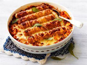 Sekä makkarat että perunat kypsyvät helposti samassa vuoassa. Juustoraaste antaa ruoalle makua ja tekee herkullisen rapean pinnan.