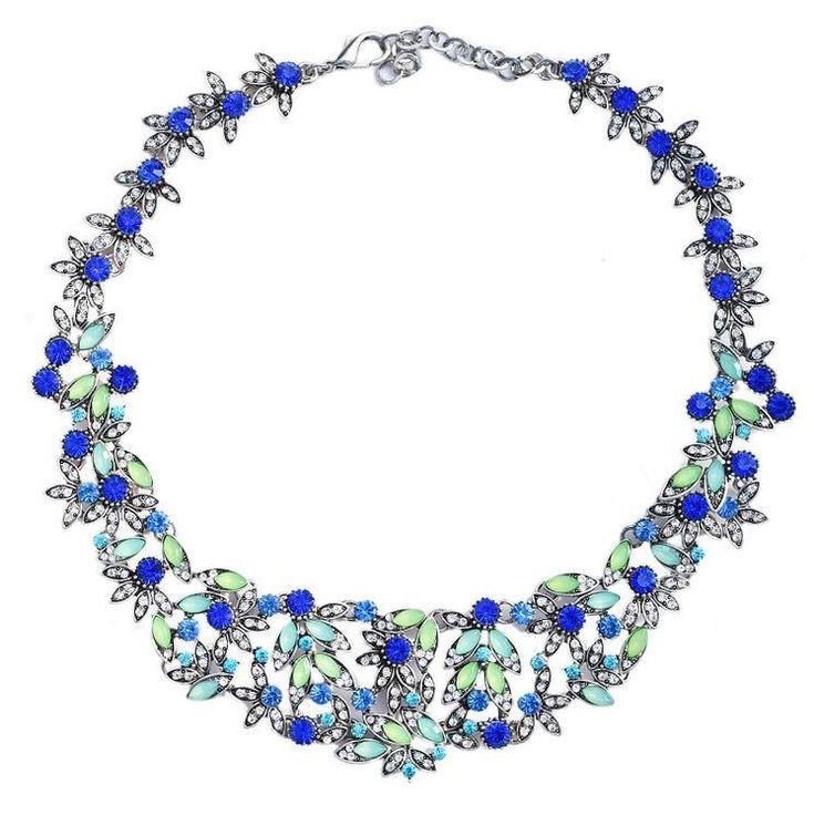 Náhrdelník Pretty modrý  Dokonalý módní doplněk nejen k šatům. Módní záležitost, krásný masivní náhrdelník, úžasně zpracovaný, atraktivní design v modro-zeleném štrasu. Vhodný na výjimečné události, ale i běžně nošení např. ke kostýmku. Délkově upravitelný, délka (obvod) cca 42 cm, šířka aplikace cca 4 cm. Vhodné jako dárek.