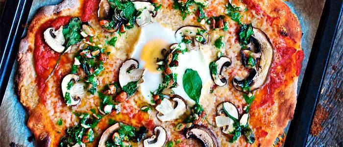 Surdegspizza med portabello, ägg och mandelpesto  - recept från Lantmännen