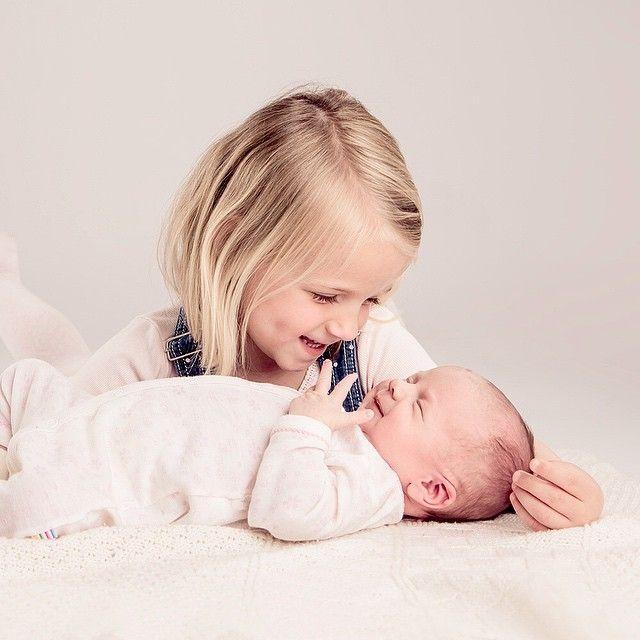 Nyfødt + Storesøster 💖💕 #nyfødt #storesøster #nyfødtfoto #barnefotograf #momentstudio #love #newbornphotography
