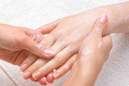 Gommage des mains : 2 c. à café de bicarbonate de soude / 1 c. à café d'huile d'olive