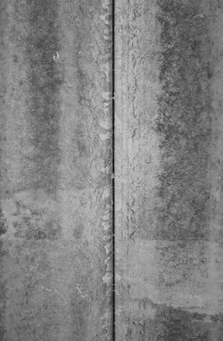 Afscheidingslijn tussen de betonnen balken. Deze lijn kan als strak omschreven worden en loopt volledig recht.