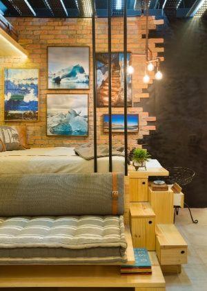 Uma cama comum? Que nada! Móvel é também sofá, gaveteiro e escrivaninha. Ideal para ambientes e apartamentos pequenos.