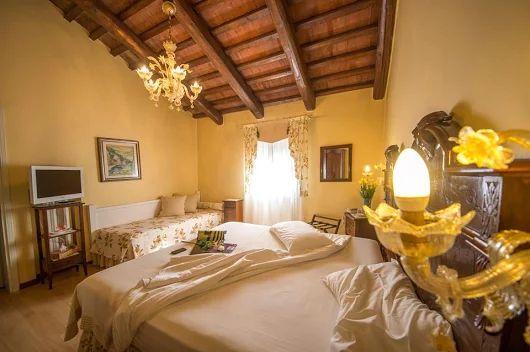 All'Hotel La Rescossa si può godere dell'atmosfera dell'antica casa Veneziana nello stile originale, sebbene tutte le stanze siano state restaurate ed attrezzate dei comfort più moderni.  La mobilia di sala da pranzo e delle camere da letto è costituita da pezzi di antiquariato dei primi del secolo, dipinti originali e lampadari di Murano.