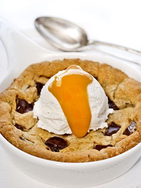 Biscotto con pezzi di cioccolata con gelato alla vaniglia e crema al caramello salato
