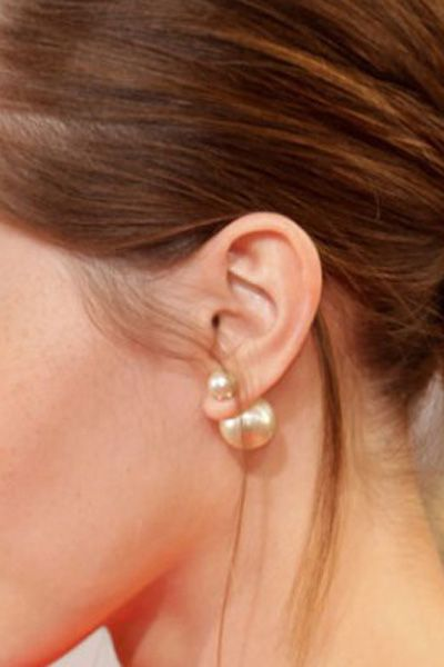 Sterling silver earrings 925o, (mise en Dior style) tribal double pearl earrings. You can also just wear the classic smaller front pearl earrings. - Ασημένια σκουλαρίκια με διπλή πέρλα (στυλ Dior), καρφωτά σκουλαρίκια πέρλες, από επιπλατινωμένο ασήμι 925ο. Μπορεί να φορεθεί και μόνο η μικρότερη πέρλα πάνω στο αυτί. Γι αυτό σας στέλνουμε μαζί με τα σκουλαρίκια, δώρο ένα ζευγάρι κουμπώματα απλά.  Διαστάσεις πέρλας: 8mm και 15mm