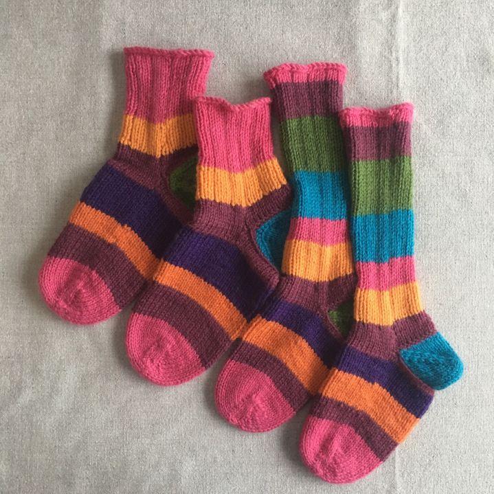 Sain jokin aika sitten mukavan villasukkatilauksen, jossa tilattiin suunnittelemani uniikit villasukat mummolle ja hänen lapsenlapselleen. Tilauksen yhteydessä sovimme muutaman yksityiskohda…