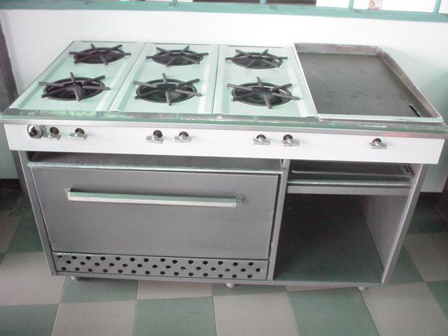 Cocina industrial con plancha y horno. Equipos para cocinas de restaurantes y comedores. Acero o acero inoxidable. A medida y a pedido.