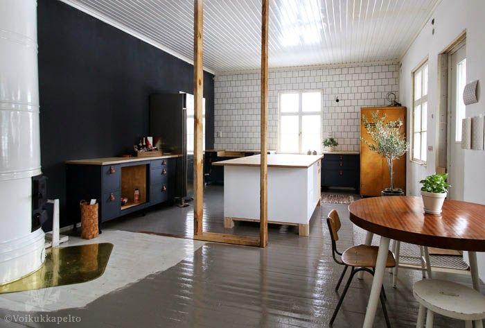 Keittiön kaappien ovet ja musta seinä maalattiin Voikukkapelto-blogissa Laava-sävyllä. Kitchen cabinets and the black wall painted with Country French Lava by a blogger. www.countryfrench.net