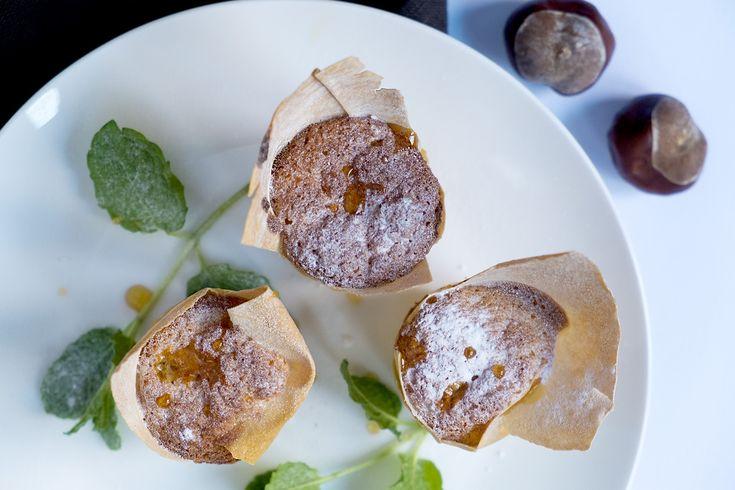 Muffins met kastanjes en filodeeg - Cupcakes & Muffins -  Deze muffins met kastanjes en filodeeg aan de buitenkant is een apart recept met een hele aparte smaak. Heeft een super presentatie om op een feest te serveren bij de thee of koffie. Hier thuis zijn de meningen verdeeld. De een vind het super lekker de ander liever deze muffins zonder filodeeg en de andere weer liever met bladerdeeg aan de buitenkant. Smakken verschillen natuurlijk. Ik vind ze lekker en als presentatie vind ik ze ...