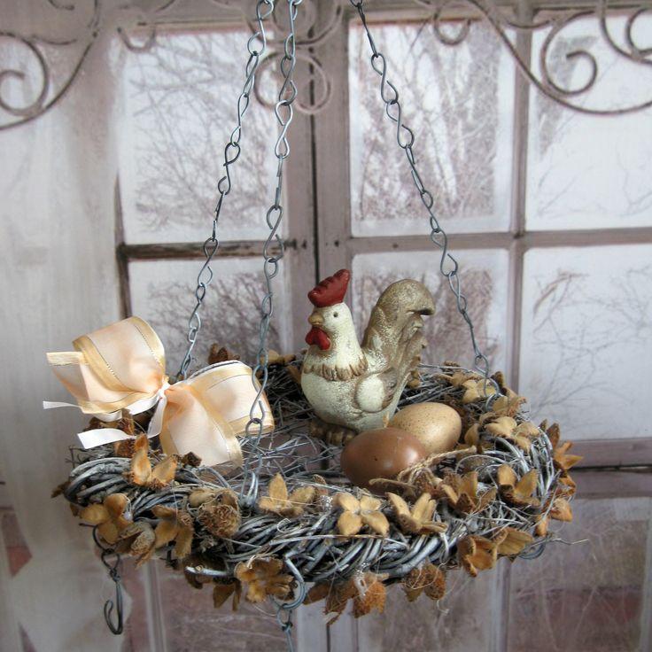 Velikonoční závěs Velikonočně zdobený závěs - lze měnit i pro celoroční, sezónní dekorace, advent, čajové svíčky, sušení bylinek, suvenýry z dovolené..... Věneček z proutí, průměr 30 cm, uvnitř drátované dno, zavěšený na řetízkách, pět háčků, délka lze upravit.