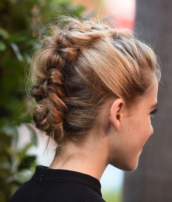 Coiffure cheveux mi longs en chignon banane printemps-été 2016 - Cheveux…