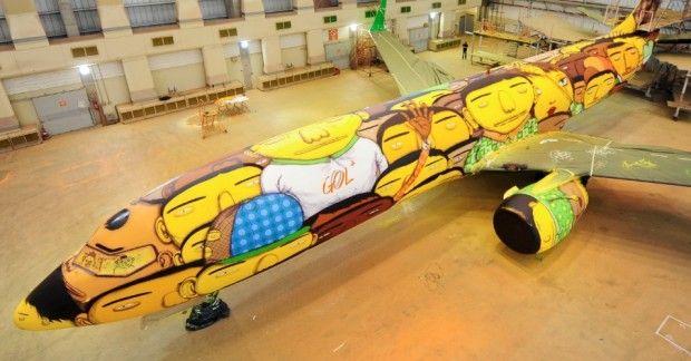 Boeing 737 par Os Gemeos Les légendaires frères brésiliens Otavio et Gustavo Pandolfo, plus connus sous le nom d'Os Gemeos, nous offrent un fois de plus, une immense preuve de leur talent, avec cette peinture monumentale sur un Boeing 737