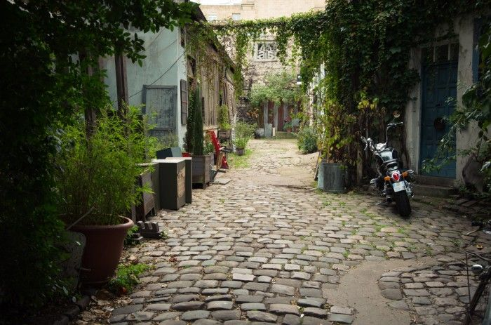 Ancienne impasse maraîchère, la Cité Durmar en a vu défiler du monde : les maisons de cultivateurs ont peu à peu laissé la place à des ateliers d'artisans et d'artistes. A deux pas de là, la Cité du Figuier, plus verdoyante, mixe devantures colorées, lofts arty et parterres bourgeonnants. La Cité Durmar, 154 rue Oberkampf, La Cité du Figuier, 104-106 rue Oberkampf, 75011 Paris  Métro : Ménilmontant