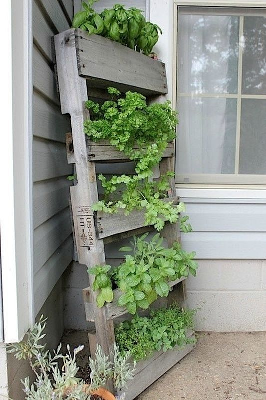 Recycling: Coole Möbel aus alten Paletten – Teil 3 + VIDEO | KlonBlog A lean-to herb garden