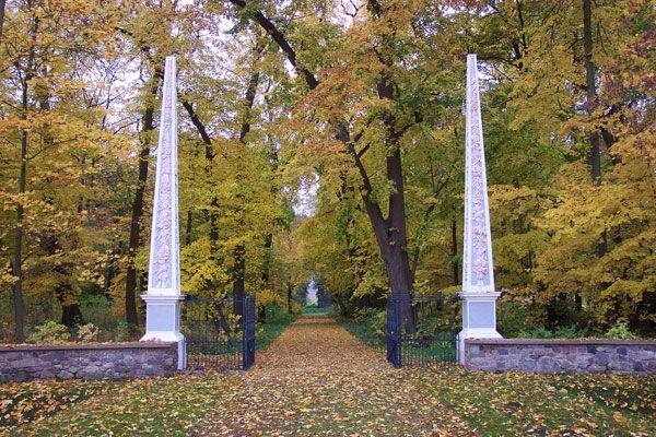 Schloss Groß Rietz, Brandenburg, Tor mit Obelisken (Familie von der Marwitz).