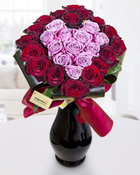 Pasiune florală- buchet cu trandafiri roşii şi roz în formă de inimă.