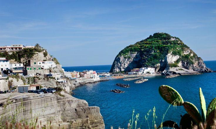 Ischia är en av Italiens grönaste öar, berömd för sin skönhet och sina termalbad. Här möts du av översvallande syditaliensk värme och gästfrihet.