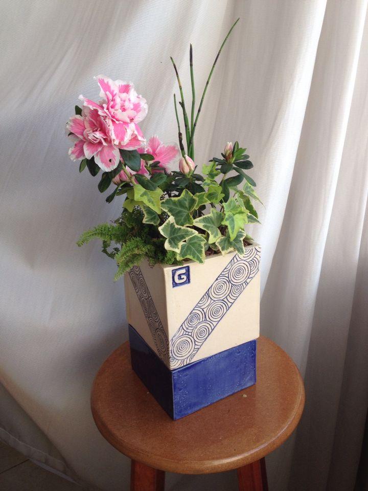 Vaso de autorrega. Self watering planter. Ceramica customizada. Arranjo de plantas e flores. Azaleia.