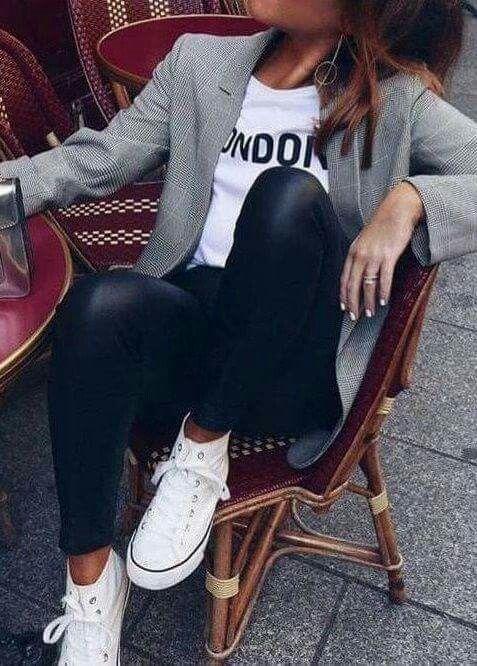 Entspannt, lässiges Outfit. Ich liebe den Blazer, gepaart mit Jeans und Sneakers, für ein Brunch-Vibe am Wochenende.