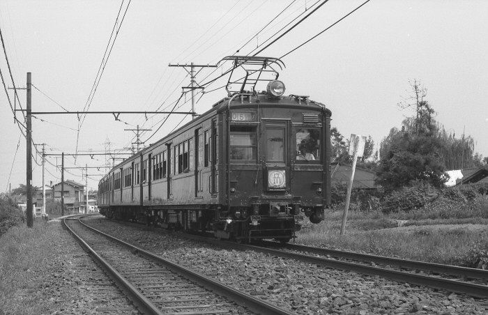 正面貫通式クモハ11の400番台。 南武線沿線はのどかな風景。 1964年(昭和39年)登戸~中野島