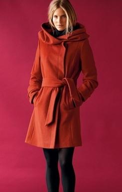 En mode petit chaperon rouge dans votre joli manteau Castaluna! 99€
