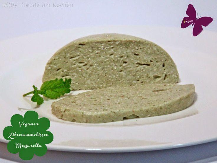 Rezept vegan: Rohkost Zitronenmelissen- oder Kräuter-Mozzarella selbermachen. Mozzarella ganz ohne Milch kann man auch selbermachen ala Nordisch Roh.
