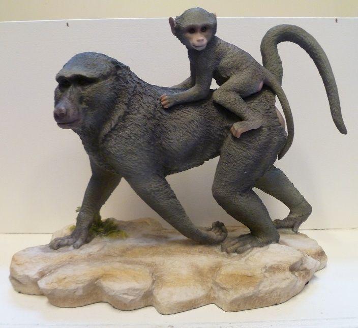 Een mooi en realistisch dierenbeeldje in de vorm van een Baviaan met een kleine op de rug.Bestel deze leuke dierenbeeldjes in de webwinkel van Dekogifts